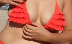 esposa mostrando na praia