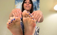 Smalltits footfetish tranny oils up her feet