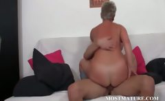 Sexy cougar enjoys to be pussy nailed