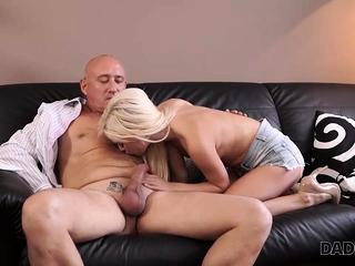 DADDY4K. Il massaggio sensuale accende il papa di BF