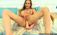UK milf Elegant Eve looks so hot in tight pants