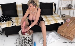 Lady Sonia gets off with her vibrator on live stream